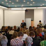 mgr Witold Zych i słuchacze podczas wykładu wygłaszanego w auli przy ul. Szerokiej