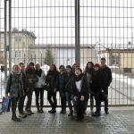 Grupa studentów przed bramą wejściową do Zakładu Karnego w Tarnowie-Mościcach