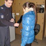 Strażnik kontrolujący studentkę przed wejściem na teren Zakładu Karnego