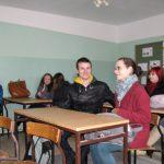 Studenci pedagogiki w trakcie prezentacji multimedialnej w Zakładzie Karnym