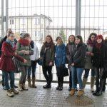 Grupa studentów przed kratą Zakładu Karnego w Tarnowie-Mościcach