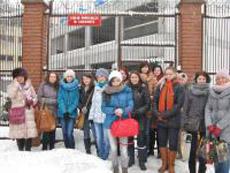 Studenci pod bramą zakłądu poprawczego w Tarnowie