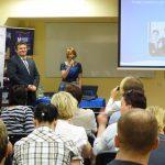 Dr Marzena Bac z mikrofonem i uczestnicy spotkania