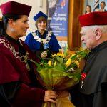 Inauguracja roku akademickiego - wręczenie kwiatów