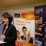 Dziekan Wydziału Zarządzania i Turystyki dr Jolanta Stanienda przy mikrofonie