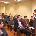 Mgr Renata Mielak wicekanclerz uczelni z mikrofonem, uczestnicy konferencji na sali obrad