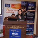 prelegentka z mikrofonem podczas wystąpieniacje - przemówienie zaproszonych gości