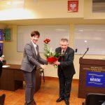 Spotkanie z Longin Pastusiak - wręczenie kwiatów Pastusiakowi