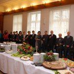 Pracownicy i zaproszeni goście na pierwszym planie noworoczny stół
