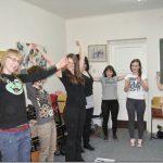Studenci stojąc wykonują ćwiczenia