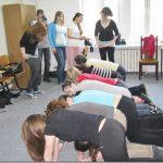 Studenci podczas ćwiczeń w klęku podpartym