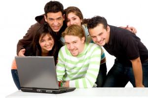 Grupa studentów przy komputerze
