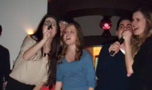 Zabawa w klubie karaoke