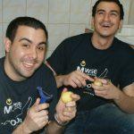 Studenci obierający ziemniaki