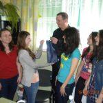 "Studentki wręczają Kevinowi Aistonowi upominek od NKK ""Paidagogos"""