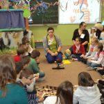 Seidzące na podłodze dzieci podczas zabawy