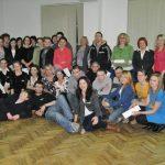 Grupa uczestników warsztatów w sali ćwiczeń