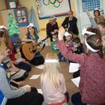Dzieci podczas zajęć - gra na gitarze