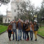 Grupa siedmiorga studentów podczas wycieczki do Fatimy