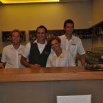 Studenci podczas pracy w hotelowym barze