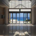 Korytarz hotelowy z widokiem na morze