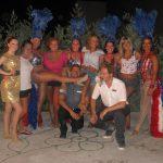 Grupa studentów z show girls i menedżerami hotelu