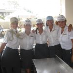 Grupa pięciorga studentów w hotelowych uniformach