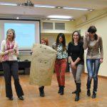 Grupa uczestników prezentuje swoją prace plastyczna
