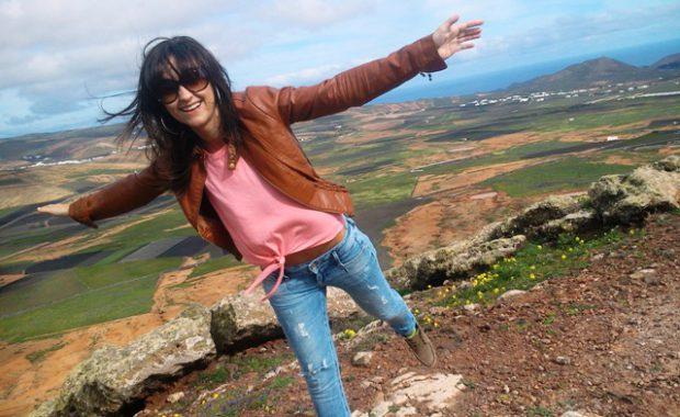 Studentka wykonująca jaskółkę na tle krajobrazu wyspy Lazarete