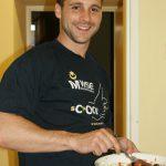 Javier przygotowuje hiszpańską sałatkę