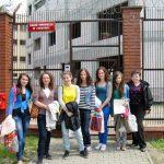 Studentki Pedagogiki przed bramą Zakładu Poprawczego w Tarnowie