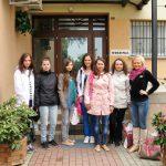 Studentki z koła Paidagogos wraz z opiekunem Martą Falińską przed wejściem do Zakładu Poprawczego