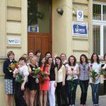"""Grupa członków Naukowego Koła """"Paidagogos"""" wraz z opiekunami dr Renatą Smoleń i mgr Urszulą Ciężadło przed budynkiem MWSE przy ul. Szerokiej 9"""