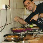 Manuel przygotowuje w kuchni paellę