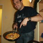 Manuel z dumą prezentuje gotową paellę