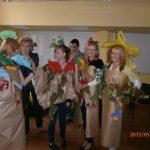 Cztery studentki ubrane w stroje z papieru pakowego, bibuły i zielonych gałązek oraz dr Łucja Reczek-Zymróz