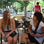 Studentka z MWSE rozmawia ze studentką z Grecji w ogródku kawiarnianym
