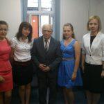 Trzy studentki stoją w sali lekcyjnej, między nimi promotor prof. Zenon Muszyński, z prawej prodziekan mgr Bożena Niekurzak