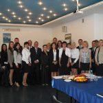 Grupa studentów oraz członkowie komisji egzaminavcyjnej po zakończonych egzaminach