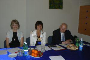 Za stołem komisja egzaminacyjna od lewej siedzą: dr Marzena Bac, dr Jolanta Stanienda i prof. Leszek Kałkowski