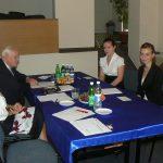 Dwie studentki podczas egzaminu dyplomowego, w komisji siedzą dr Jolanta Stanienda i prof. Leszek Kałkowski