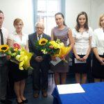 Studenci z promotorem prof. Zenonem Muszyńskim oraz prodziekan mgr Bożeną Niekurzak, dwie osoby trzymają bukiety kwiatówstudenci z promotorem
