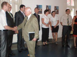 Prof. Leszek Kałkowski po ogłoszeniu wyników gratuluje studentom