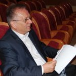 Profesor Leszek Kozioł w sali konferencyjnej