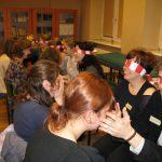 Paidagogos w Krakowie - uczestnicy podczas zabawy z zawiązanymi oczami
