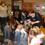 Paidagogos w Krakowie - uczestnicy podczas zajęć siedzący na podłodze
