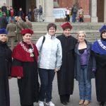 Prodziekan mgr Bożena Niekurzak, Wicekanclerz mgr Renata Mielak, Kanclerz mgr Zofia Kozioł, Dziekan dr Jolanta Stanienda oraz dwie studentki przed archikatedrą