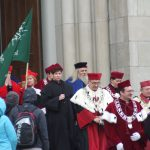 Przedstawiciele środowisk akademickich w togach podczas wyjścia z archikatedry