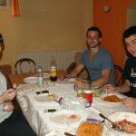 Studenci przy wspólnym posiłku