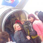 Studentki wsiadają na pokład samolotu